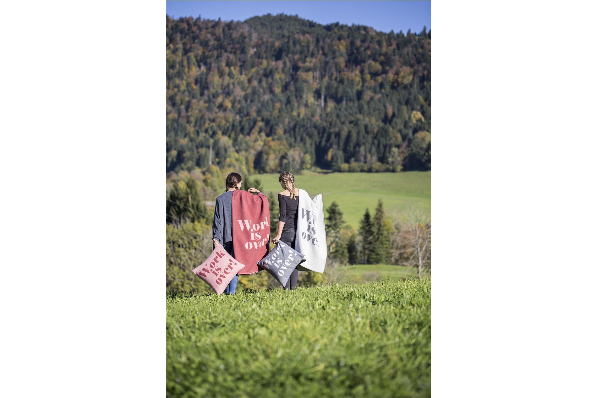 """DAVID FUSSENEGGER Decke Sylt mit Zierstich, """"Work is over"""", rot/rosa, 140x200 cm"""