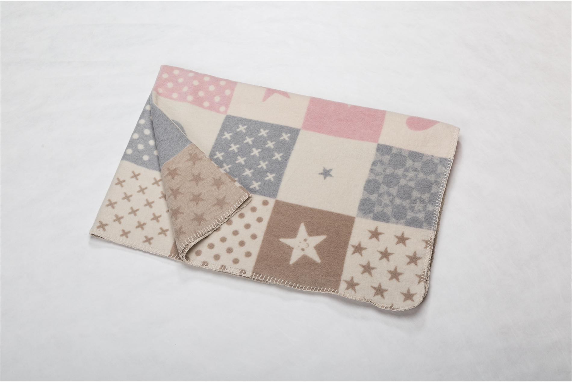 DAVID FUSSENEGGER Decke für Kinder, Quadrate versch. gemustert beige/grau/rosa, 100 x 150 cm