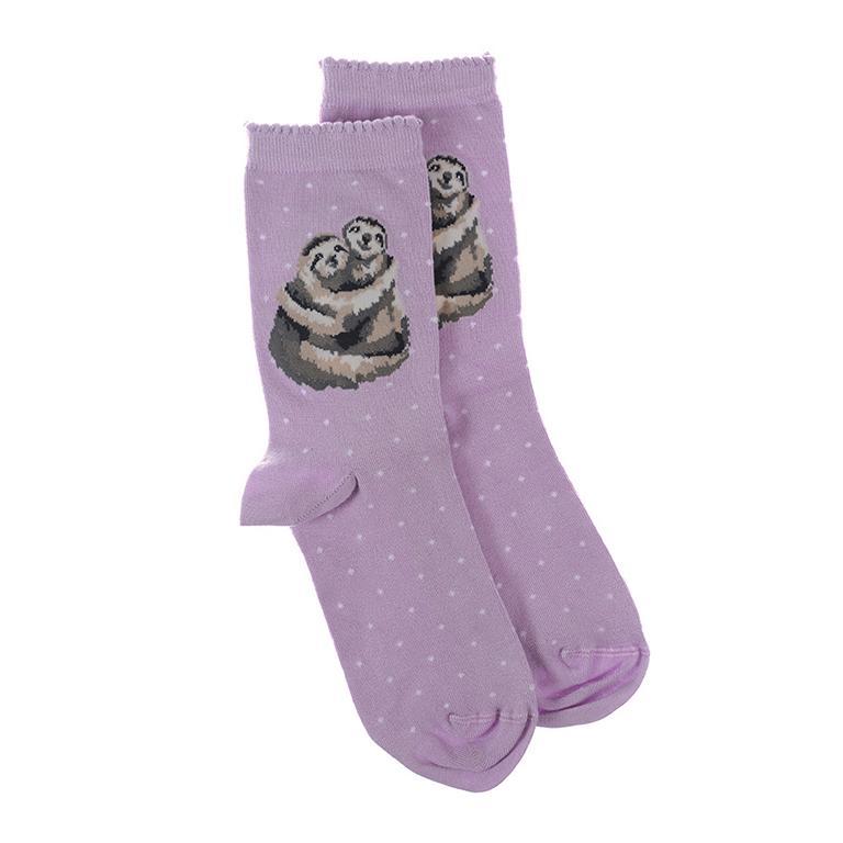 """Wrendale Socken """"Big Hugs"""", Motiv zwei Faultiere umarmen sich, flieder mit weißen Punkten, aus Super Soft Bambus, Einheitsgröße, mit Geschenktasche"""